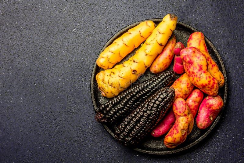 Peruviaanse ruwe ingrediënten voor het koken van zwart graan en bataten Hoogste mening royalty-vrije stock foto's