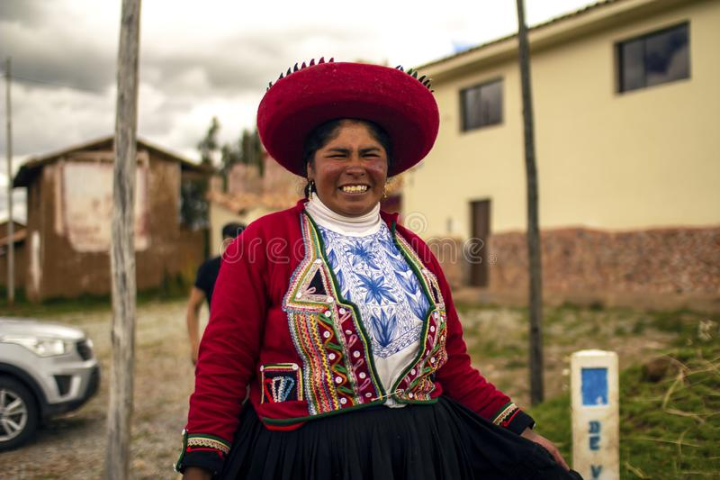 Peruviaanse slechte vrouw die met traditionele incakleding glimlachen royalty-vrije stock foto's
