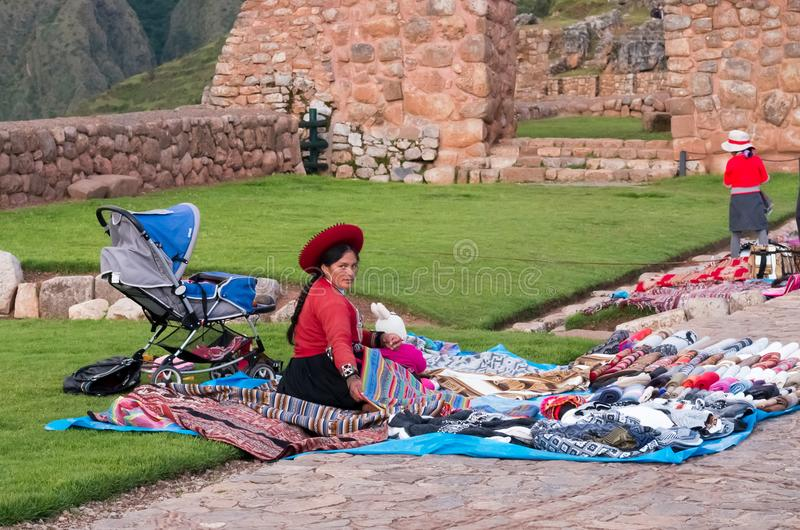 Peruviaanse vrouwen bij markt, Chinchero, Peru stock afbeelding