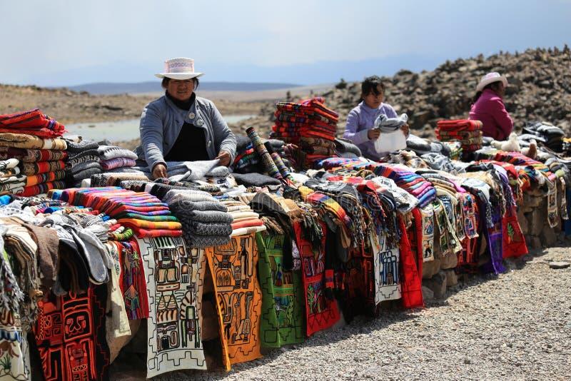 Peruvian que vendem o pano colorido da alpaca perto de Arequipa, Peru fotos de stock royalty free