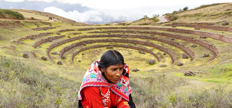 Peruwiańska kobieta i mureny inka ruiny zdjęcia stock