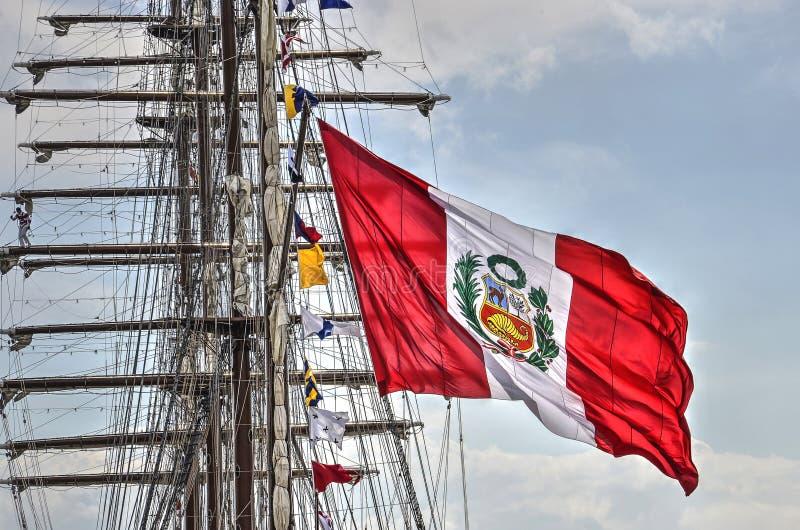 Peruwiańska flaga i żeglowanie statek obrazy stock