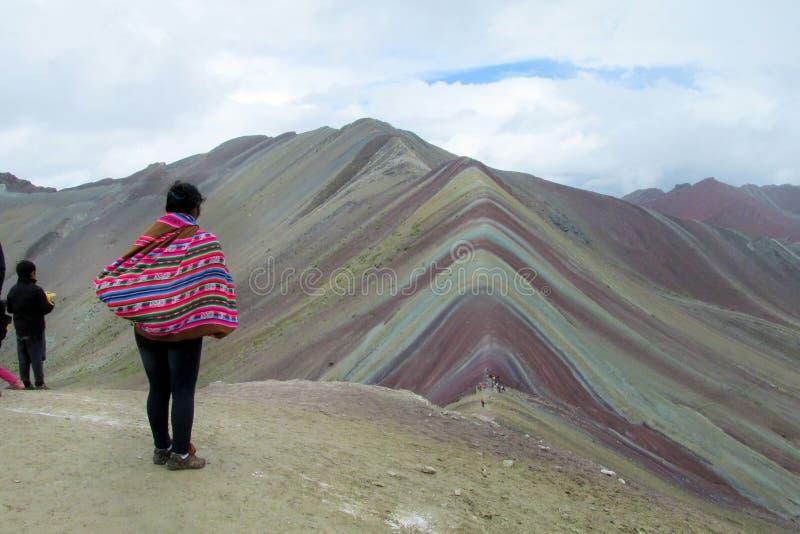 Peruwiańska kobieta ogląda Montana De Siete Colores blisko Cuzco zdjęcie royalty free