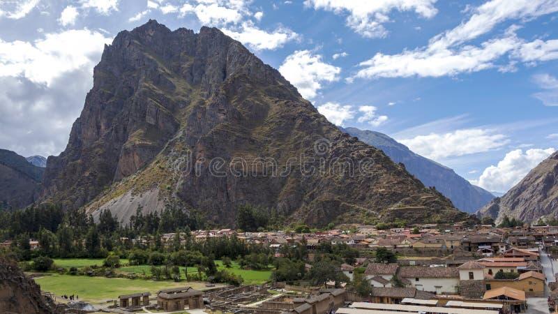 Peruwiański góra krajobraz z ruinami Ollantaytambo w Świętej dolinie Incas w Cusco, Peru fotografia stock