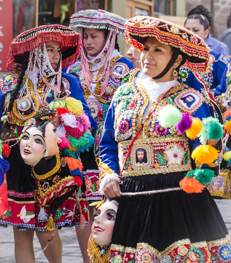 Peruwiańskie damy chodzi religijny fesitval ubierali w skomplikowanych kostiumach zdjęcia stock