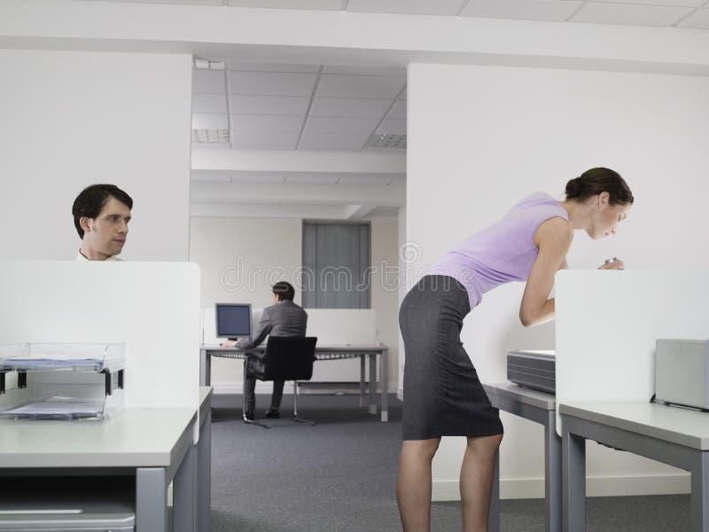 Perverse, die weiblichen Kollegen im Büro aufpassen stockfotografie