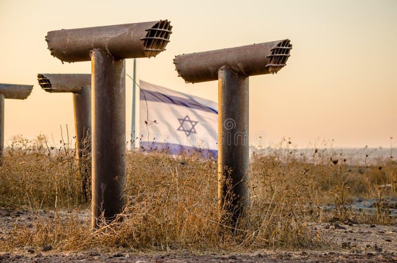Peryskopy obramiają izraelita flagi latanie nad fortyfikacje przy Tel Saki, Izrael obrazy stock