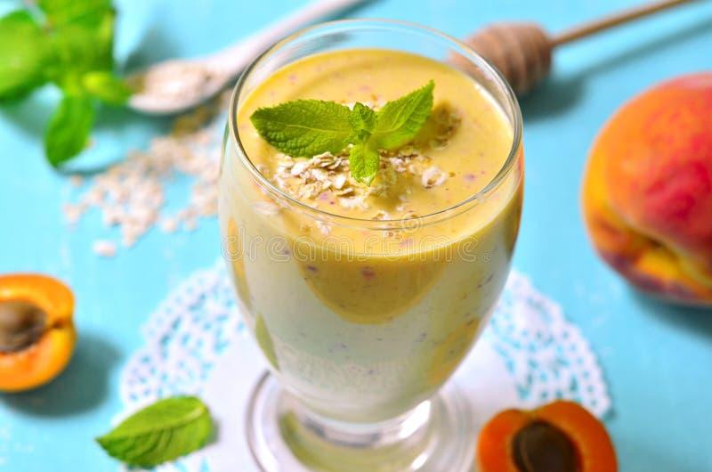 Perzik en abrikoos smoothie stock foto