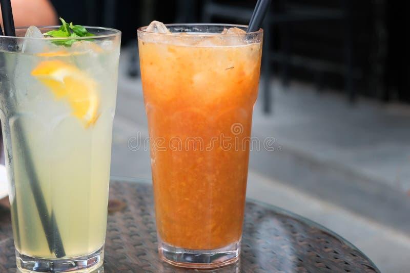 Perzik en citroen vers voorbereide limonade royalty-vrije stock foto