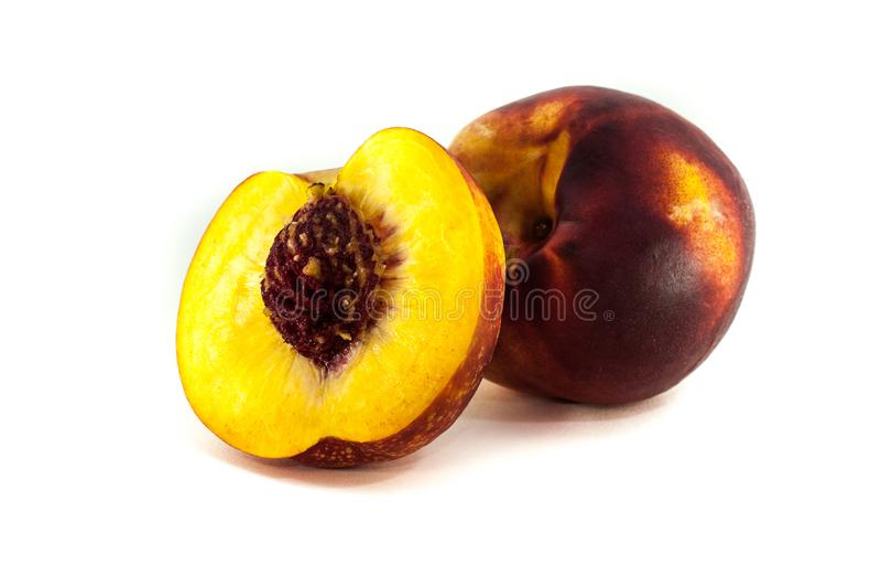 Perzik of nectarine op witte achtergrond in close-up wordt geïsoleerd die stock foto