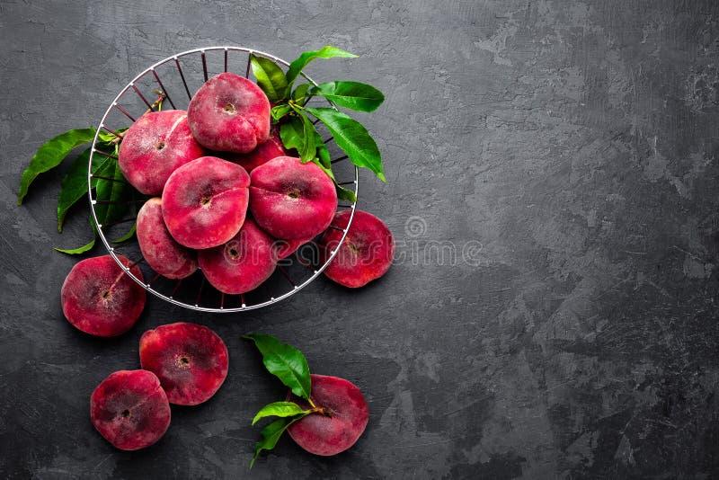 Perzik, verse perziken met bladeren stock afbeelding