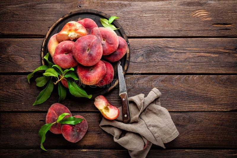 Perzik, verse perziken met bladeren stock afbeeldingen