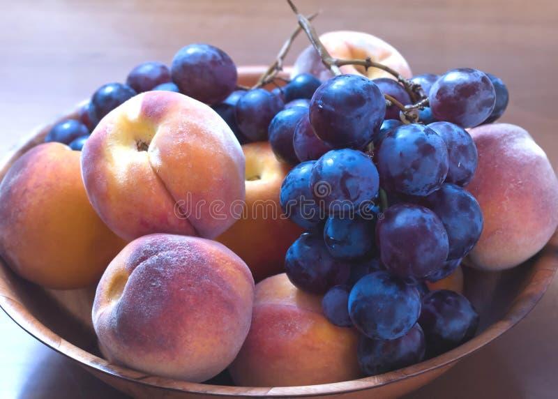 Perziken en druiven stock fotografie