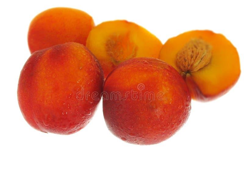 Perziken op witte achtergrond stock afbeeldingen