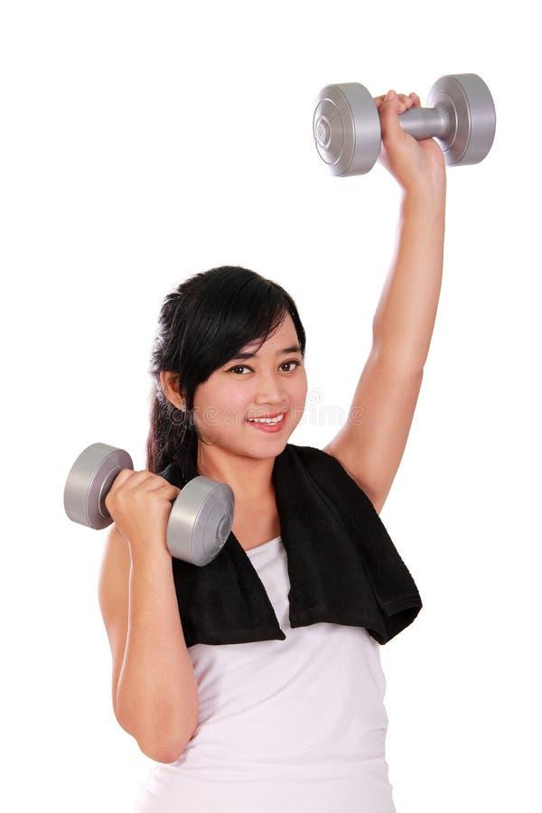 Pesa de gimnasia de elevación sonriente de la señora del gimnasio imagen de archivo