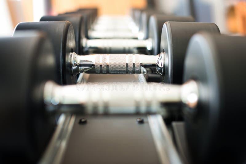 Pesa de gimnasia en club de fitness foto de archivo libre de regalías