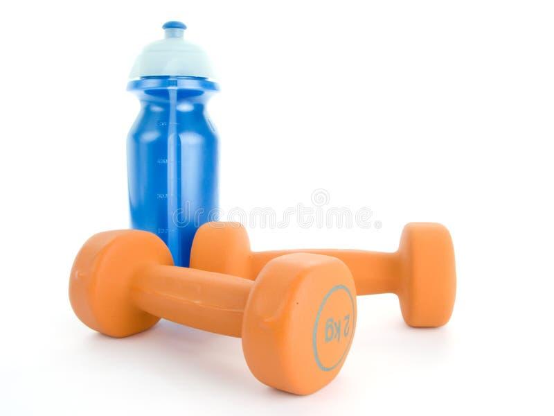 Pesa de gimnasia y botella de agua de la aptitud foto de archivo