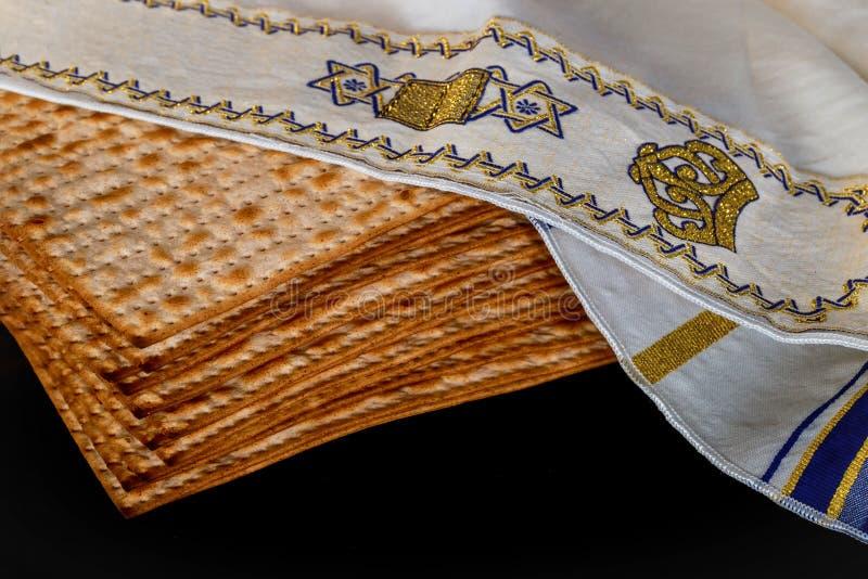 Pesach了不起的犹太假日的逾越节标志 传统matzah或未发酵的面包 库存照片