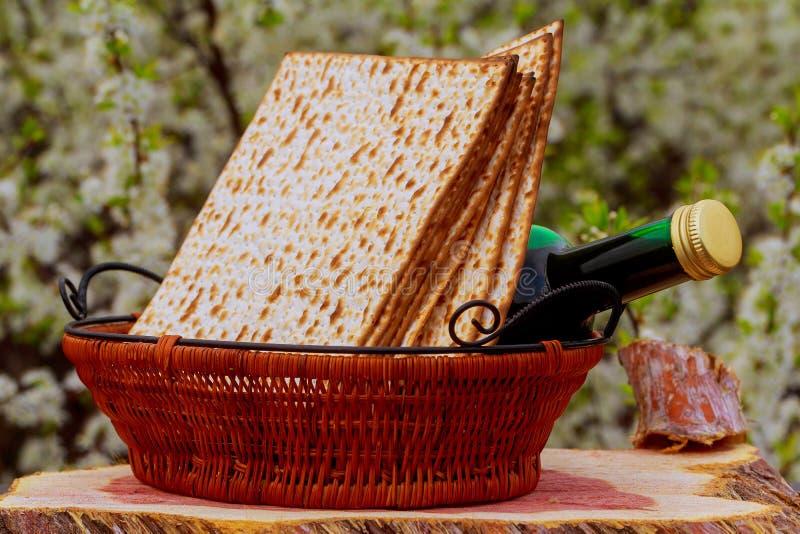 Pesach życie z wina i matzoh passover żydowskim chlebem zdjęcie stock