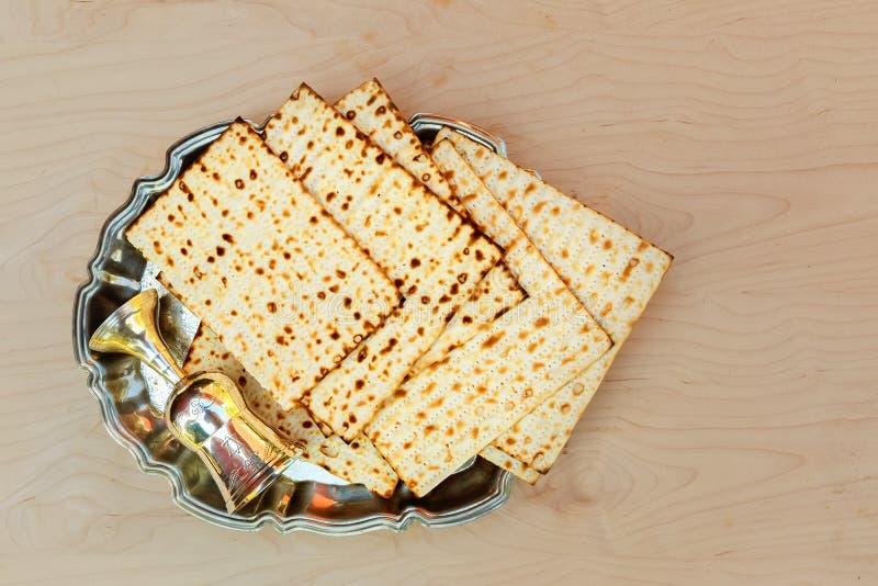 Pesach matzo z wina i matzoh passover żydowskim chlebem fotografia stock