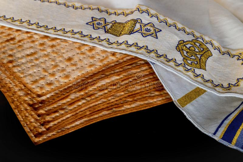 Pesach-Passahfestsymbole des großen jüdischen Feiertags Traditioneller Matzah oder Matzo stockfoto