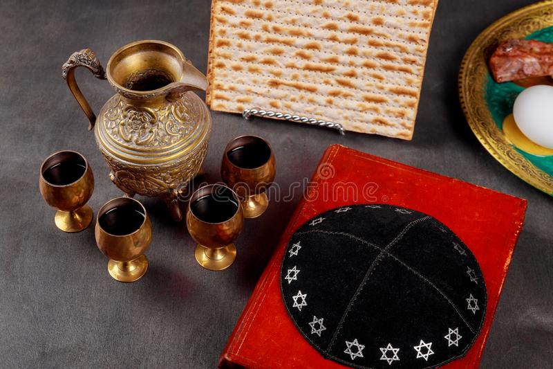 Pesach-Passahfestsymbole des großen jüdischen Feiertags Traditioneller Matzoh, Matzah oder Matzo und Wein im Weinlesesilberglas lizenzfreies stockbild