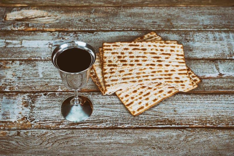 Pesach Passover symbole wielki Żydowski wakacje Tradycyjny matzoh, matzah, matzo lub wino w, rocznika srebnym talerzu szkle i zdjęcie stock