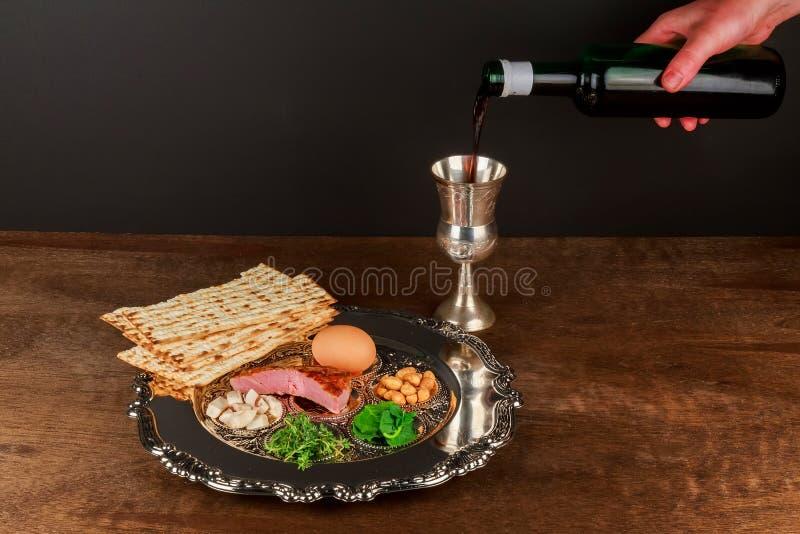 Pesach stilleben med judiskt påskhögtidbröd för vin och för matzoh royaltyfri bild