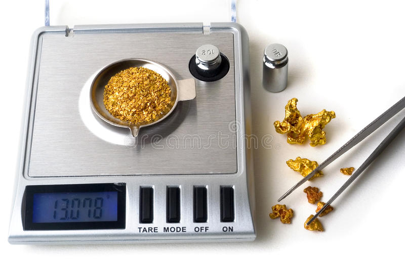 Pesage de l'or photos stock