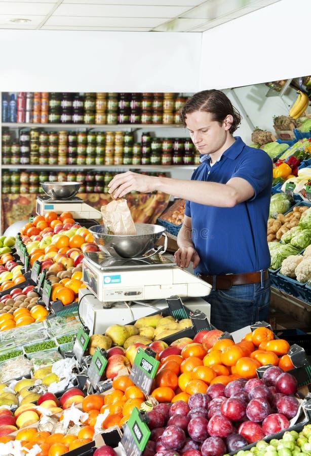 Pesage des fruits frais photographie stock