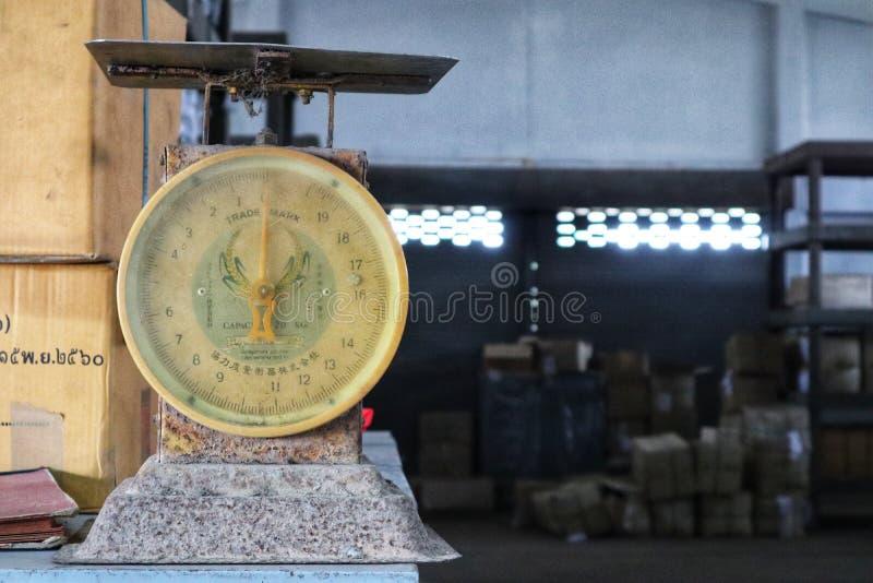 Pesage du kilogramme, vieux modèle, cru, entrepôt installé image stock