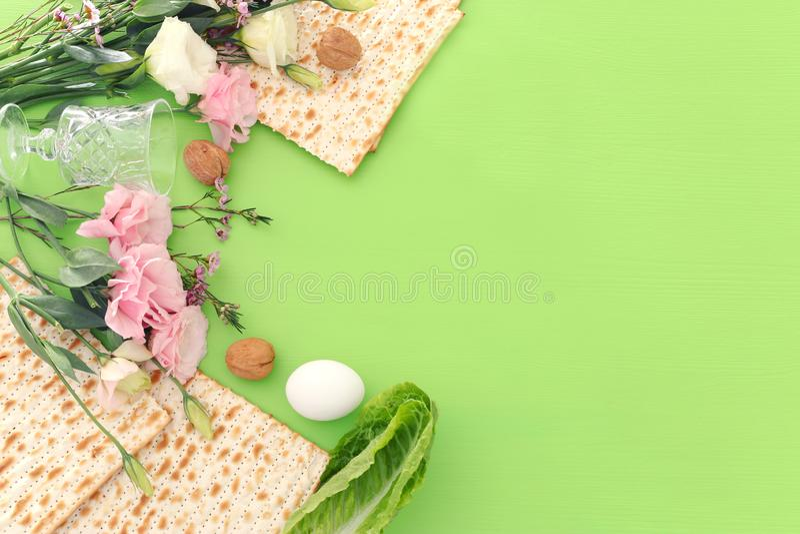 Pesah庆祝概念& x28;犹太逾越节holiday& x29;在绿色背景 顶视图舱内甲板位置 图库摄影