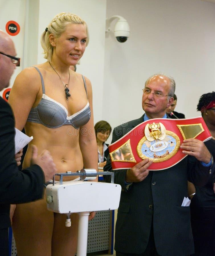 Pesaje de Natacha Ragosina de los boxeadores fotografía de archivo libre de regalías