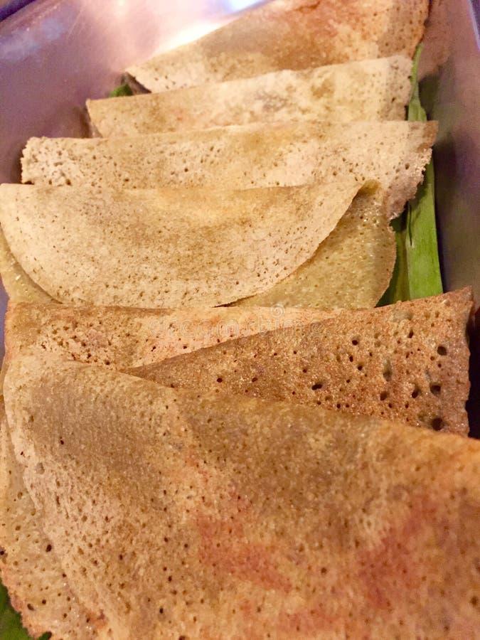 Pesarattu Dosa и Rava Upma - индийская кухня стоковая фотография rf