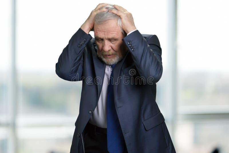 Pesares tristes del hombre de negocios sobre error fotografía de archivo