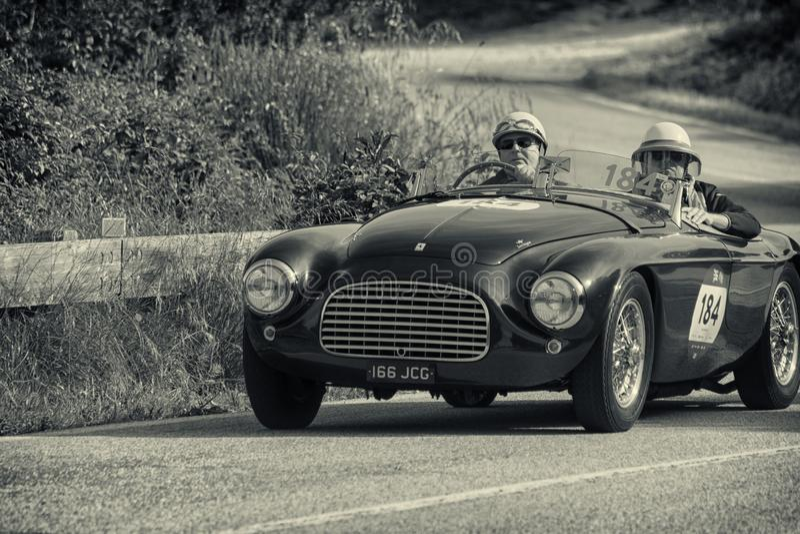 PESARO COLLE ΣΑΝ ΜΠΑΡΤΌΛΟ, ΙΤΑΛΊΑ - 17 ΜΑΐΟΥ - 2018: FERRARI 166 ΚΚ SPIDER TOURING 1950 σε ένα παλαιό αγωνιστικό αυτοκίνητο στη σ στοκ φωτογραφία