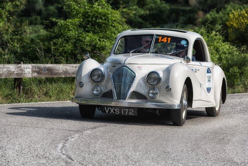 PESARO COLLE SAN BARTOLO, ITALIË - MEI 17 - 2018: HEALEY 2400 ELLIOTT BEUTLER 1947 op een oude raceauto in verzameling Mille Migl royalty-vrije stock foto's