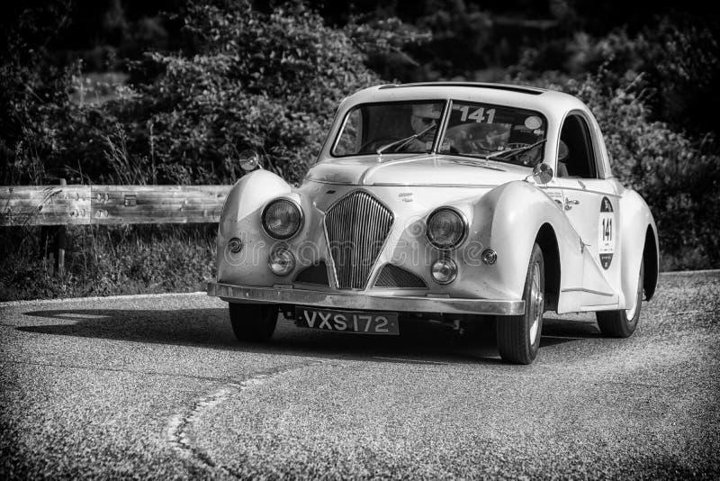 PESARO COLLE SAN BARTOLO, ITALIË - MEI 17 - 2018: HEALEY 2400 ELLIOTT BEUTLER 1947 op een oude raceauto in verzameling Mille Migl stock afbeeldingen