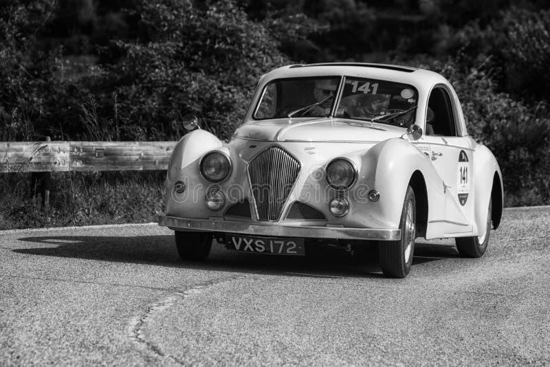PESARO COLLE SAN BARTOLO, ITALIË - MEI 17 - 2018: HEALEY 2400 ELLIOTT BEUTLER 1947 op een oude raceauto in verzameling Mille Migl stock afbeelding