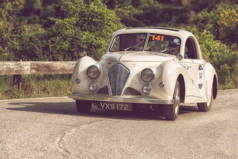 PESARO COLLE SAN BARTOLO, ITALIË - MEI 17 - 2018: HEALEY 2400 ELLIOTT BEUTLER 1947 op een oude raceauto in verzameling Mille Migl stock fotografie