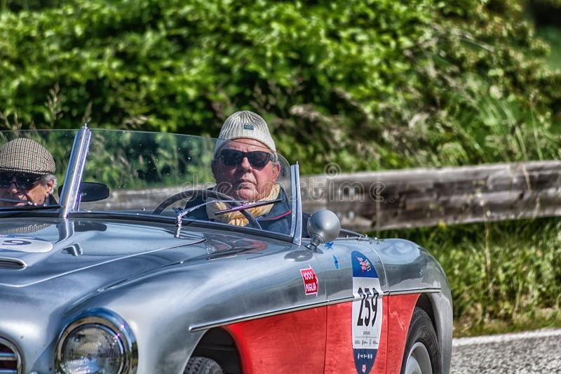 PESARO COLLE SAN BARTOLO, ITALIA - 17 DE MAYO - 2018: coche de competición viejo en la reunión Mille Miglia 2018 la raza históric foto de archivo libre de regalías