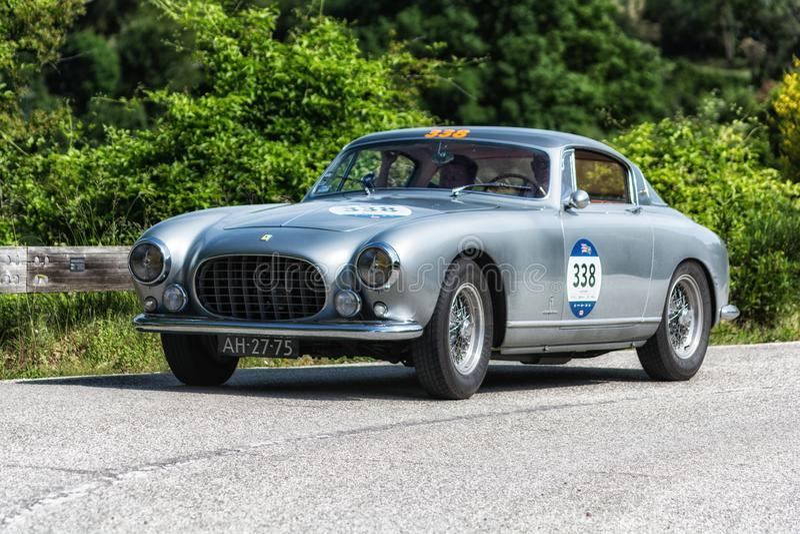 PESARO COLLE SAN BARTOLO, ITALIA - 17 DE MAYO - 2018: EUROPA 1954 de FERRARI 250 GT en un coche de competición viejo en la reunió imagen de archivo libre de regalías