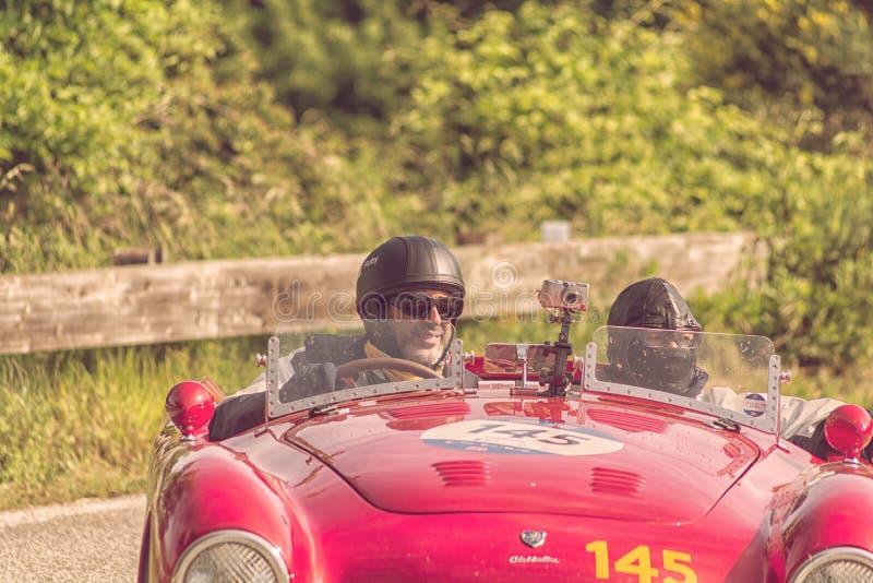 PESARO COLLE SAN BARTOLO, ITALIEN - MAJ 17 - 2018: Den FERRARI 166 MMSPINDELN som TURNERAR 1950 på en gammal tävlings- bil samlar arkivbilder