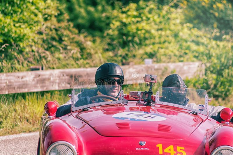 PESARO COLLE SAN BARTOLO, ITALIEN - MAJ 17 - 2018: Den FERRARI 166 MMSPINDELN som TURNERAR 1950 på en gammal tävlings- bil samlar royaltyfri fotografi