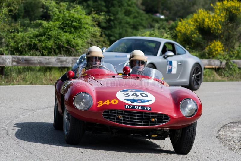 PESARO COLLE SAN BARTOLO, ITALIEN - MAJ 17 - 2018: Samlar den gamla tävlings- bilen för den FERRARI 750 MONZA SPINDELN SCAGLIETTI arkivfoto