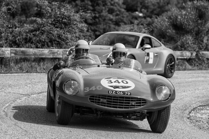 PESARO COLLE SAN BARTOLO, ITALIEN - MAJ 17 - 2018: Samlar den gamla tävlings- bilen för den FERRARI 750 MONZA SPINDELN SCAGLIETTI royaltyfri foto