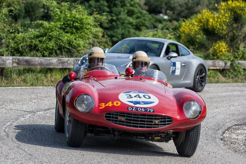 PESARO COLLE SAN BARTOLO, ITALIEN - MAJ 17 - 2018: Samlar den gamla tävlings- bilen för den FERRARI 750 MONZA SPINDELN SCAGLIETTI royaltyfri bild