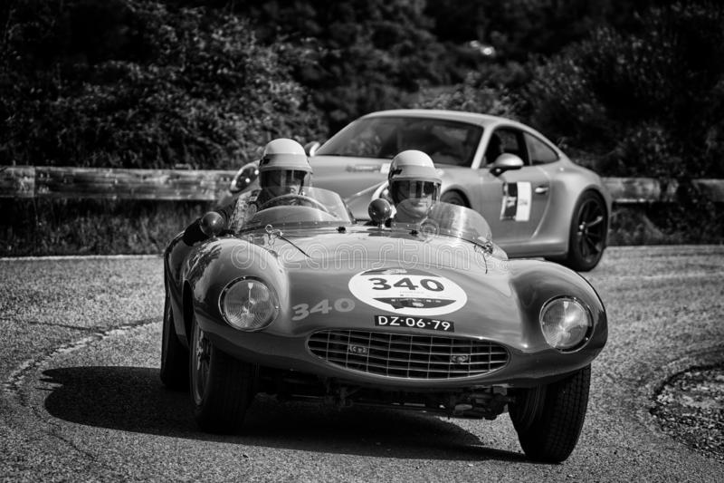 PESARO COLLE SAN BARTOLO, ITALIEN - MAJ 17 - 2018: Samlar den gamla tävlings- bilen för den FERRARI 750 MONZA SPINDELN SCAGLIETTI royaltyfria foton