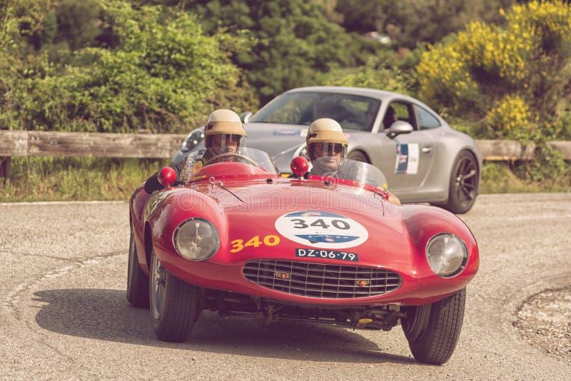 PESARO COLLE SAN BARTOLO, ITALIEN - MAJ 17 - 2018: Samlar den gamla tävlings- bilen för den FERRARI 750 MONZA SPINDELN SCAGLIETTI arkivbild