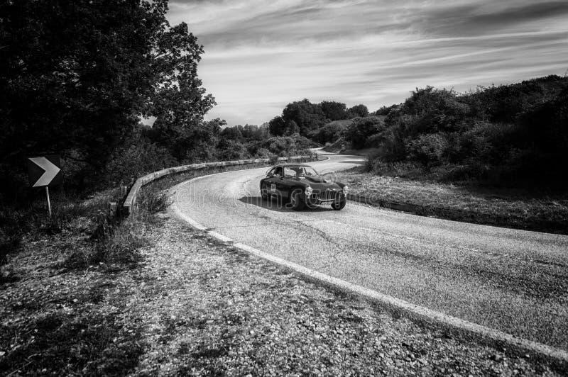 PESARO COLLE SAN BARTOLO, ITALIEN - MAJ 17 - 2018: ZAGATO FIAT 8V 1952 på en gammal tävlings- bil samlar in Mille Miglia 2018 det arkivfoto